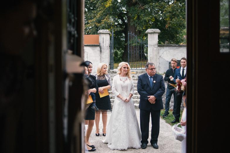 Nevesta in njen oče pred cerkvijo.