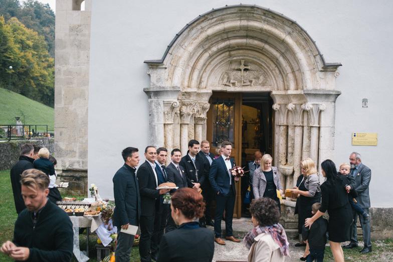 Fotografija cerkve Marijinega obiskanja v Motniku kjer je potekala poroka.