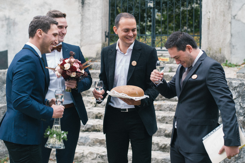 Pogostitev z vinom in kruhom na poroki.