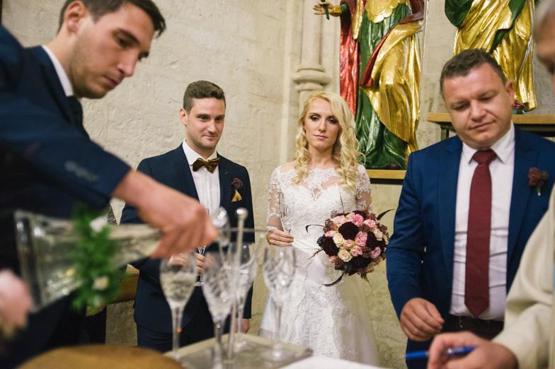 Nazdravljanje z vinom po poročnem cerkvenem obredu.