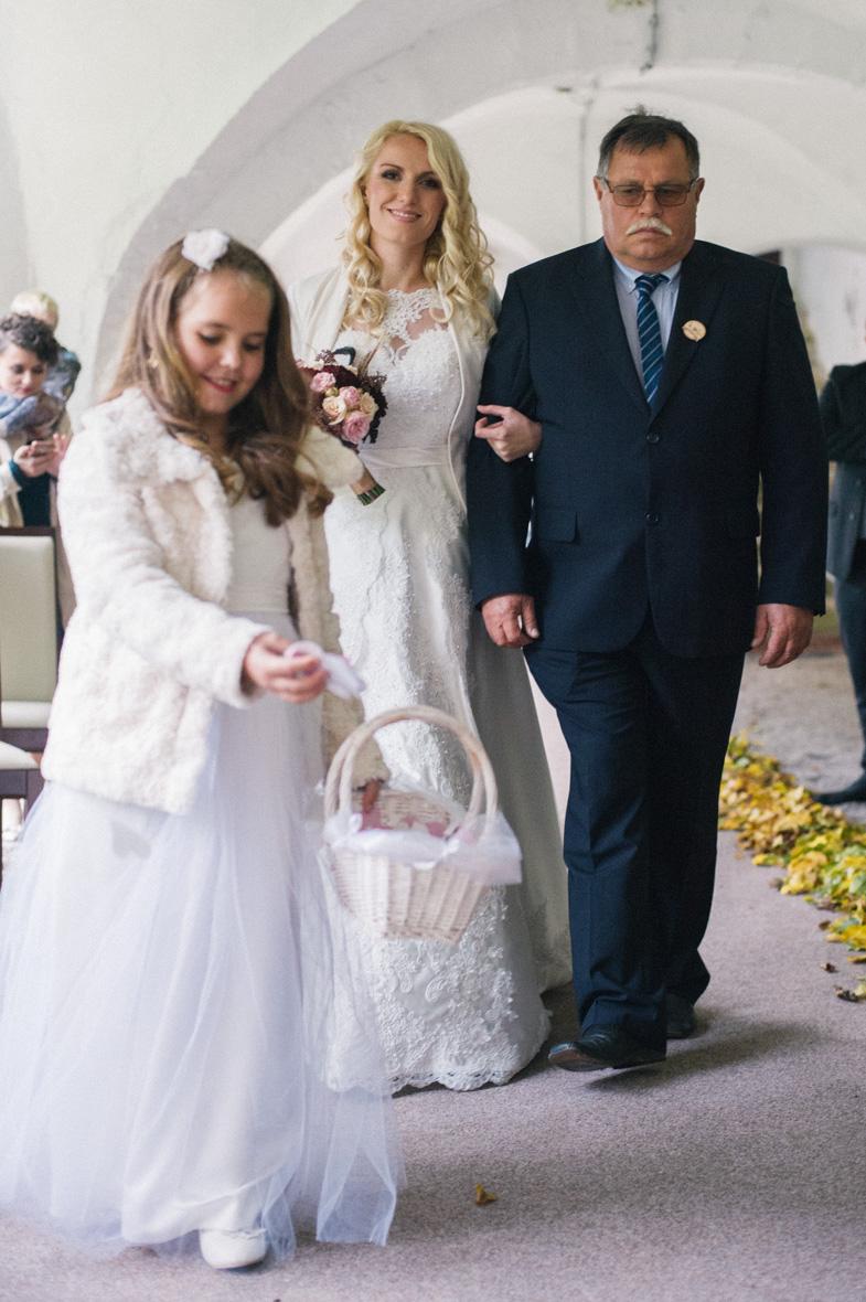 Fotografija deklice s cvetjem na poroki