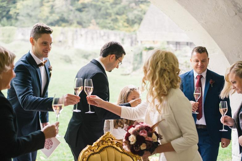 Nazdravljanje z vinom na poroki.