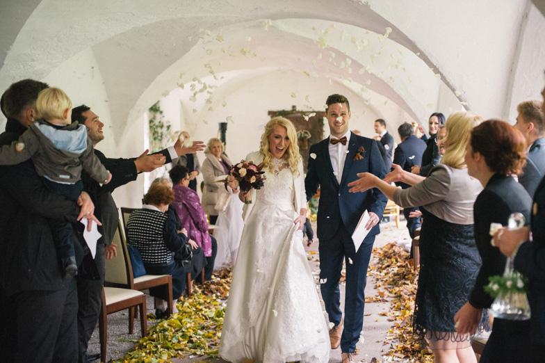 Metanje cvetja na poroki.