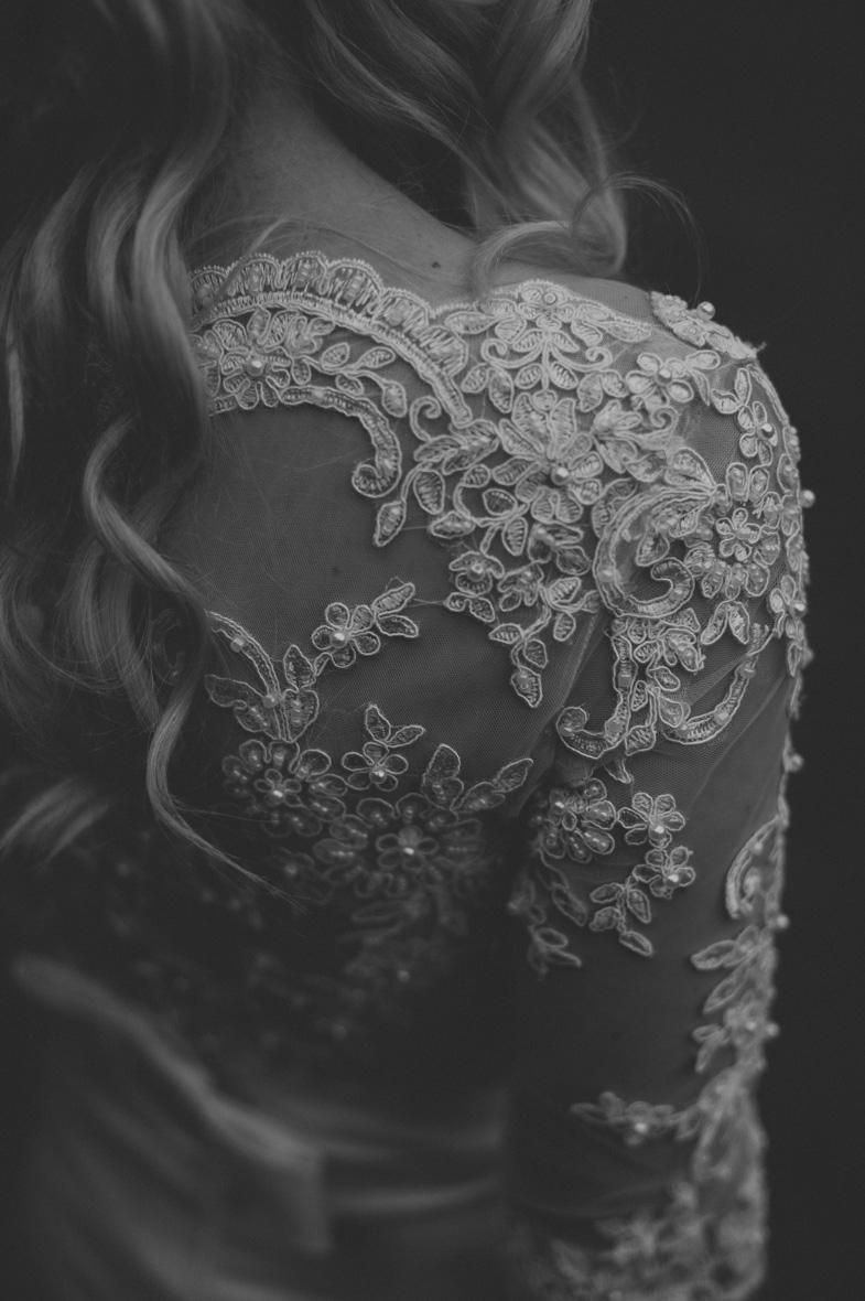 Sanjska poročna obleka s čipkastim rokavom.