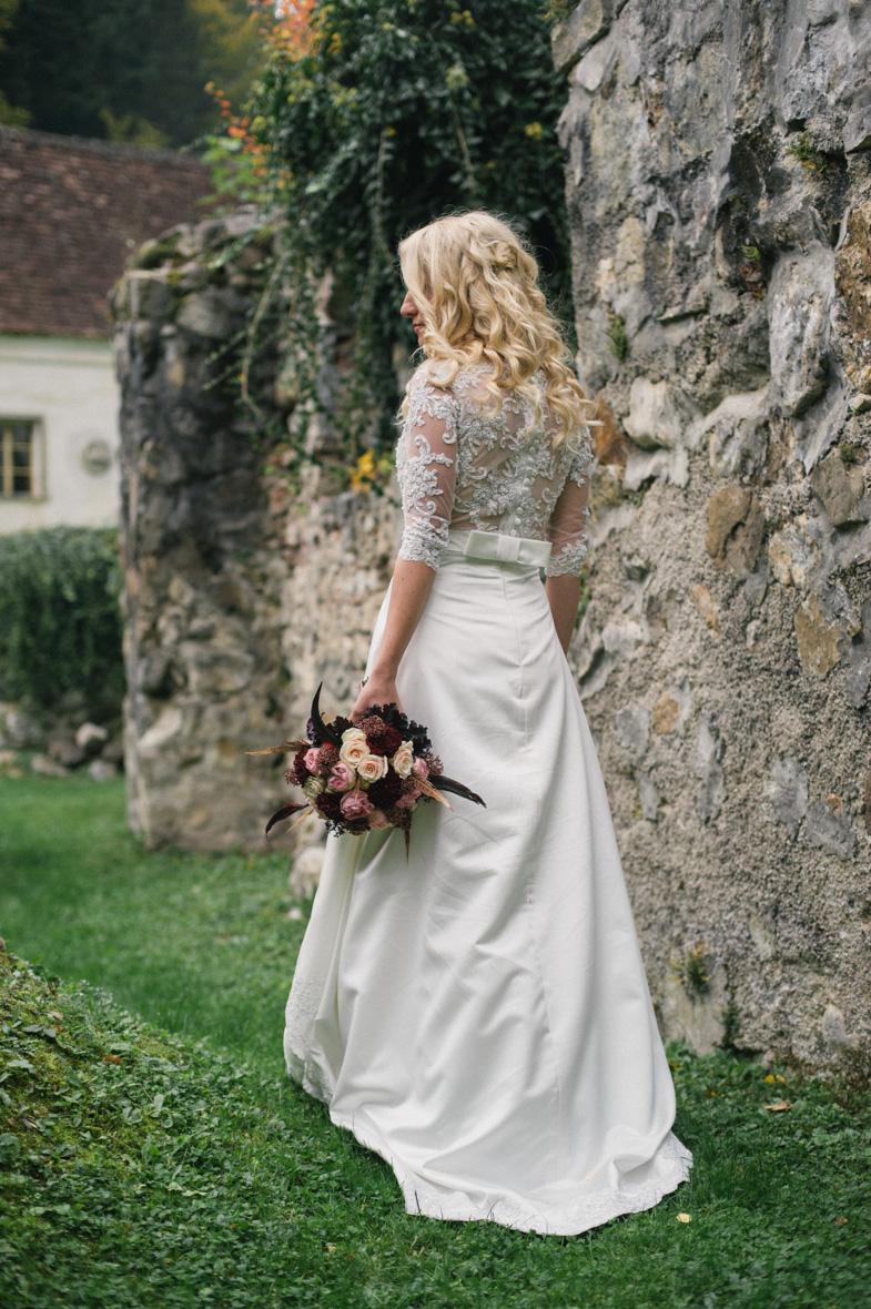 Portret čudovite neveste v beli poročni obleki