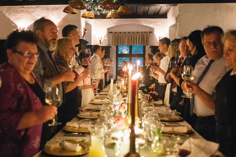 Nazdravljanje na poročni večerji.