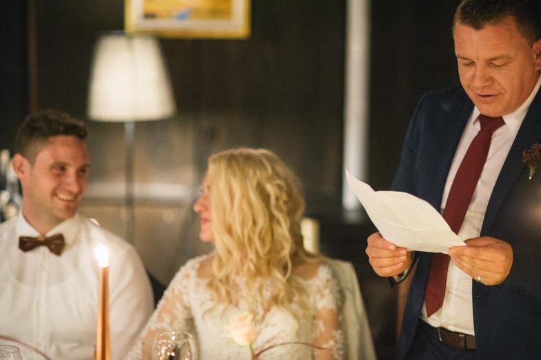 Govor priče na poroki.