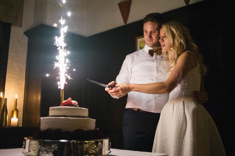 Trenutek začetka rezanja poročne torte.