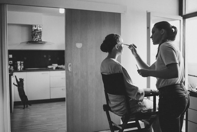 Vizažistka med ustvarjanjem makeup-a nevesti.