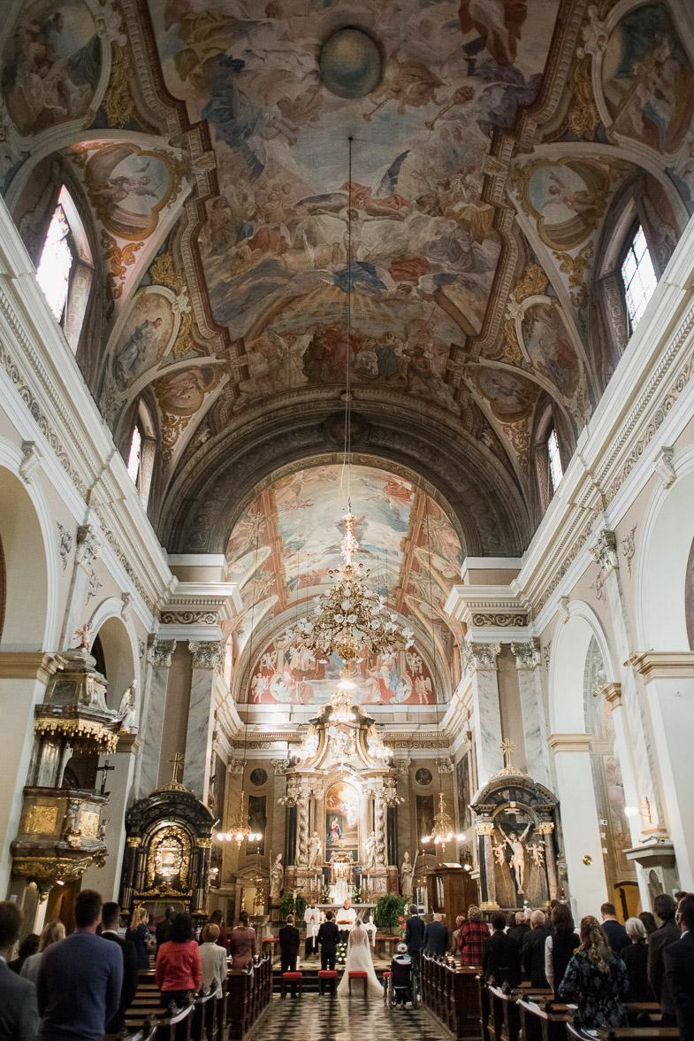 Cerkvena poroka v cerkvi Marijinega oznanenja v Ljubljani.
