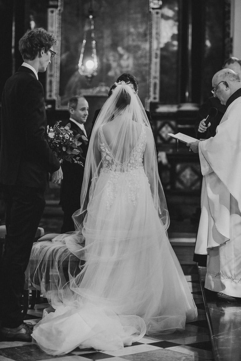 Portret neveste med cerkvenim poročnim obredom.