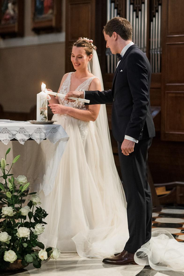 Fotografiranje cerkvene poroke med prižigom sveče.