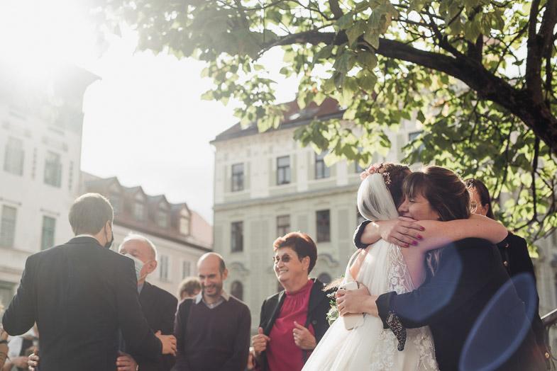 Nevesta in ženin med sprejemanjem čestitk od svatov.