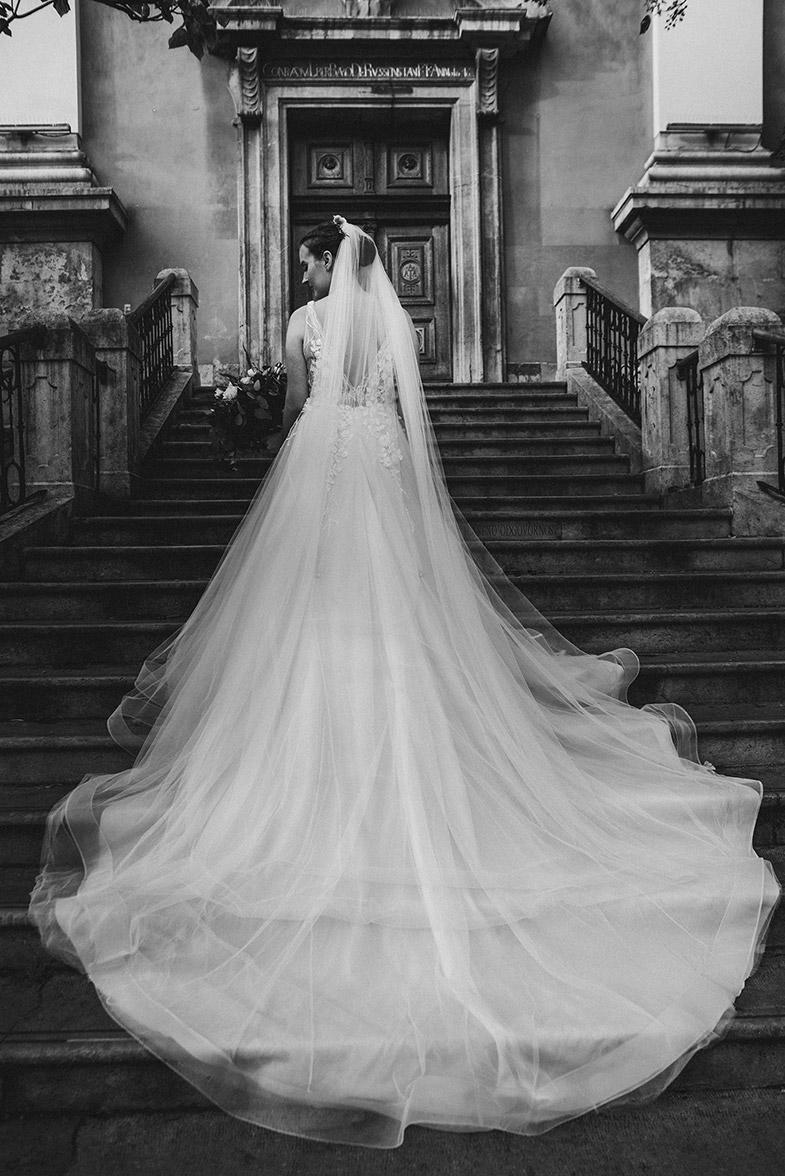 Portret neveste v čudoviti poročni obleki, na stopnicah Frančiškanske cerkve.
