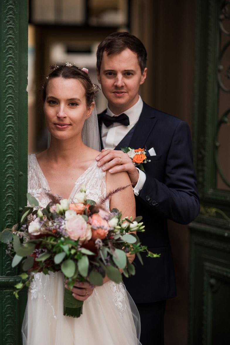 Formalna poročna fotografija mladoporočencev.