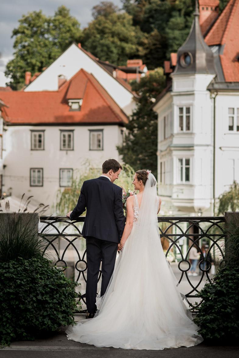 Poročno fotografiranje ob Ljubljanici, s pogledom na Staro Ljubljano.