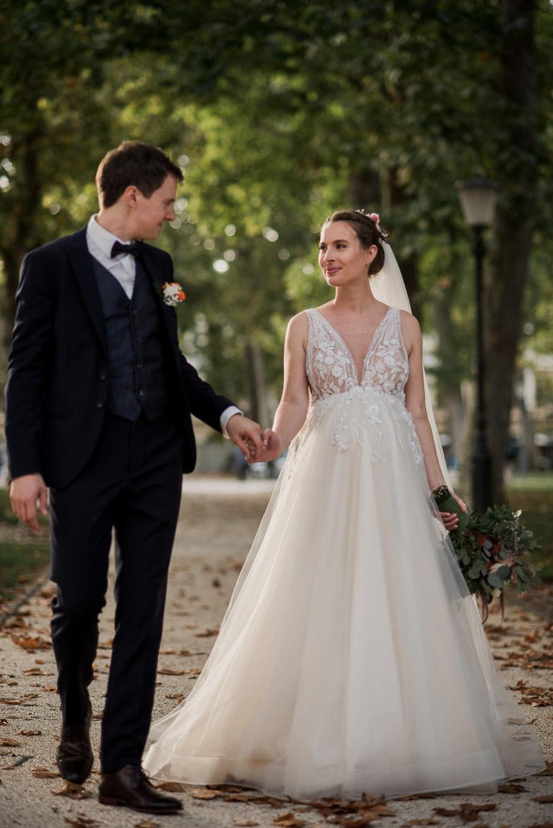 Nevesta in ženin, ki sta se odločila za najem poročnega fotografa.