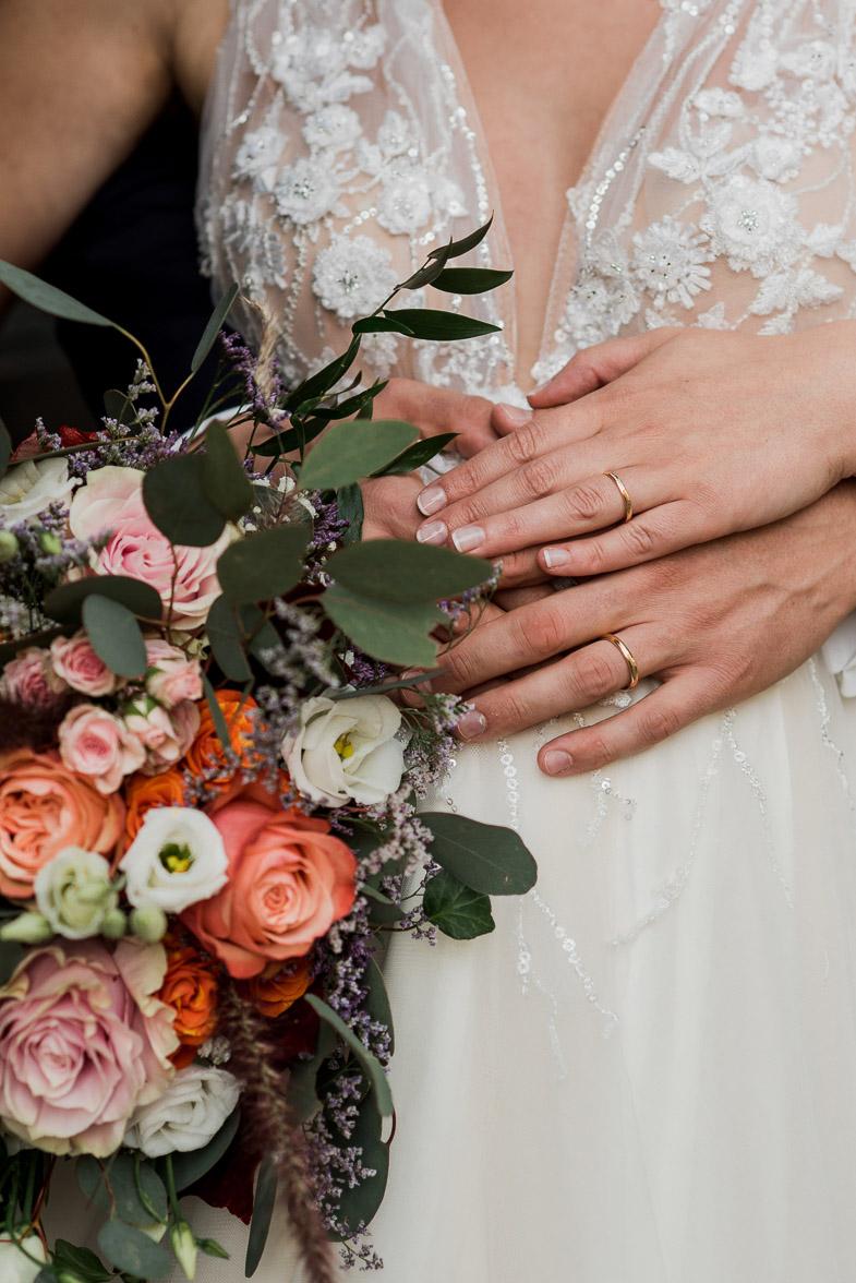 Slika poročnega šopka in prstanov.
