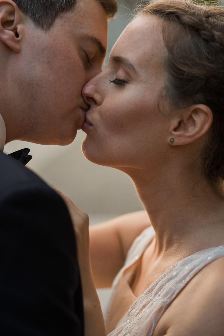 Ženin in nevesta med poljubljanjem.