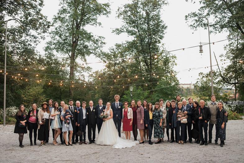 Skupinska fotografija mladoporočencev s svati.