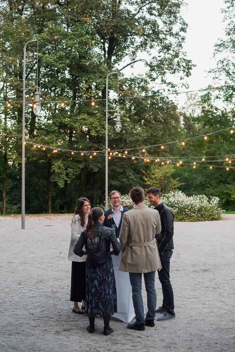 Pogostitev svatov na poročni lokaciji.