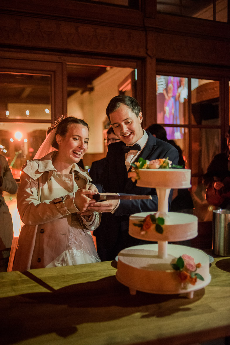 Mladoporočenca pri razrezu poročne torte.