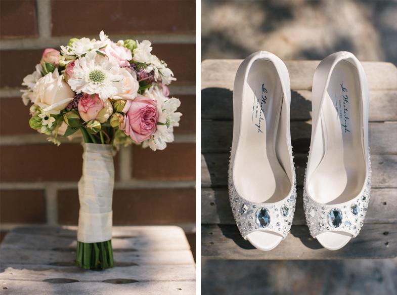 Fotografija poročnega šopka in poročnih čevljev.