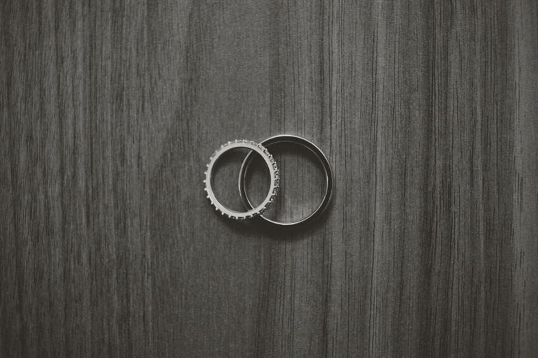 Fotografija poročnih prstanov.