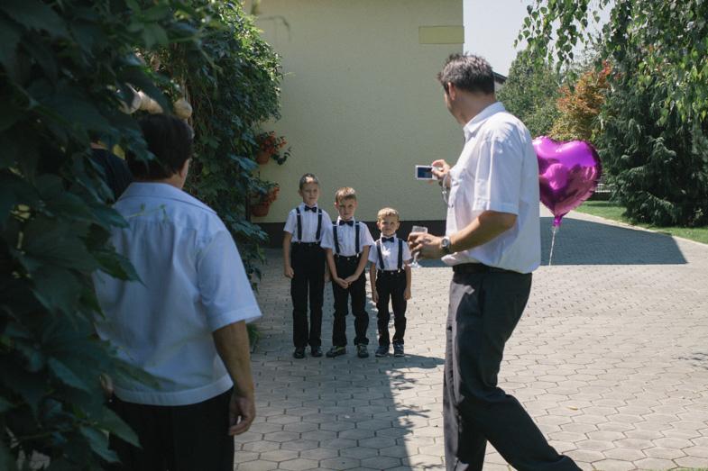 Začetek poročnega dne v Odrancih in zbiranje svatov.