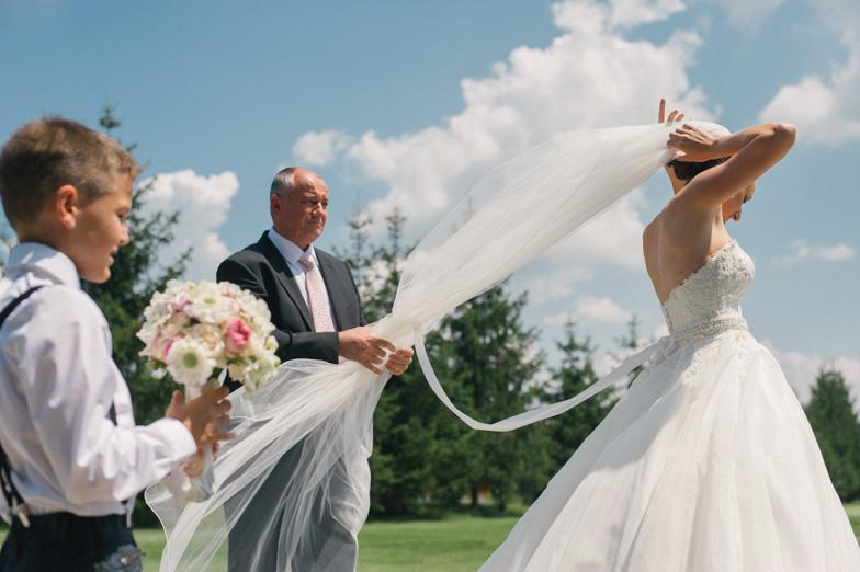 Nevestin oče med urejanjem poročne tančice.