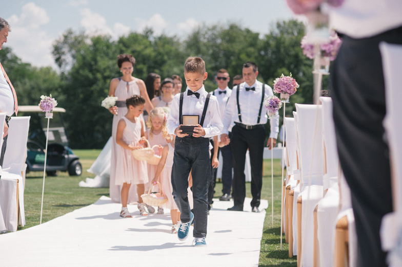 Fotografija dečka, ki nosi poročne prstane.