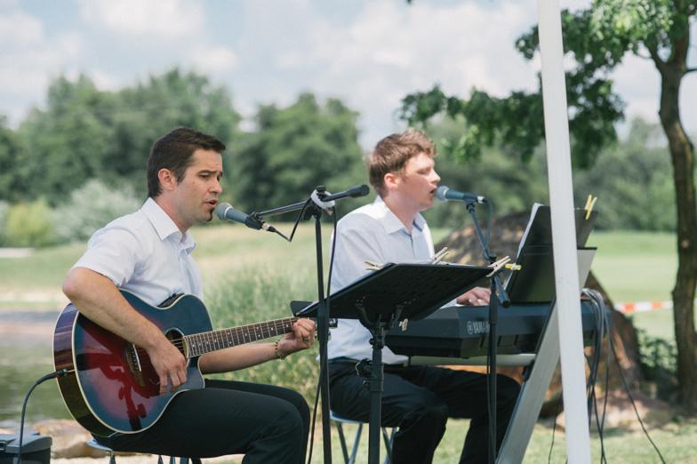 Portret glasbenikov med izvajanjem glasbe med poročnim obredom.