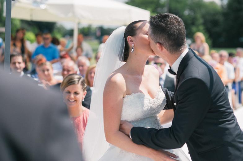 Poročni poljub mladoporočencev.
