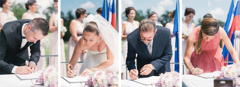 Podpisovanje mladoporočencev in prič po poročnem obredu.