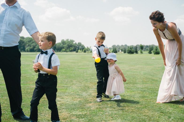 Fotografiranje svatov na poroki.
