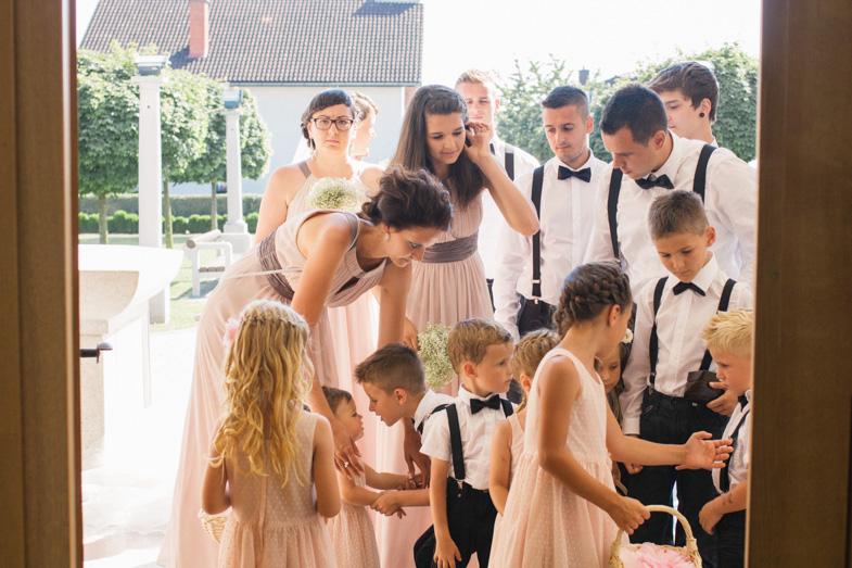 Priprave družic in svatov pred cerkvenim poročnim obredom.