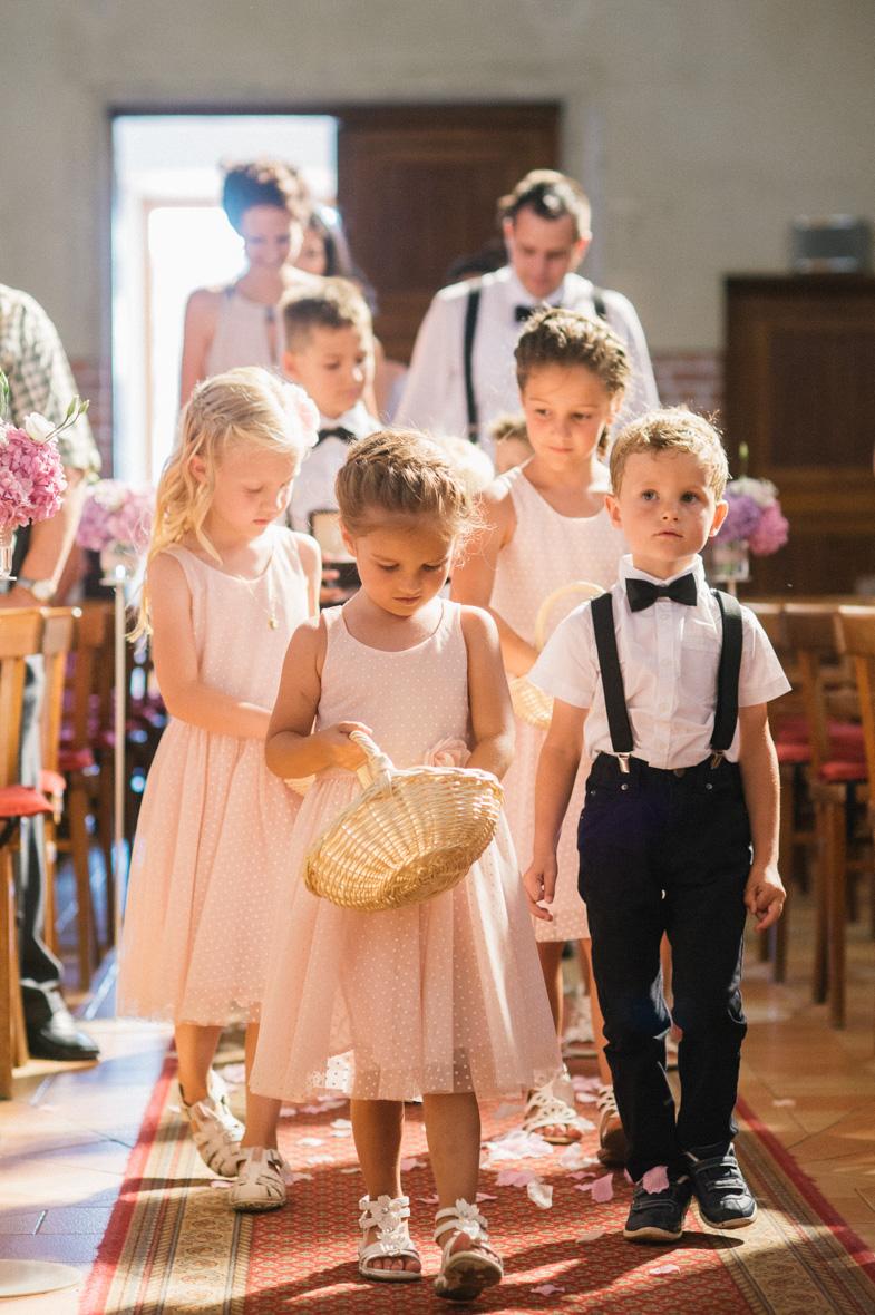 Poročne fotografije otrok s cvetjem.