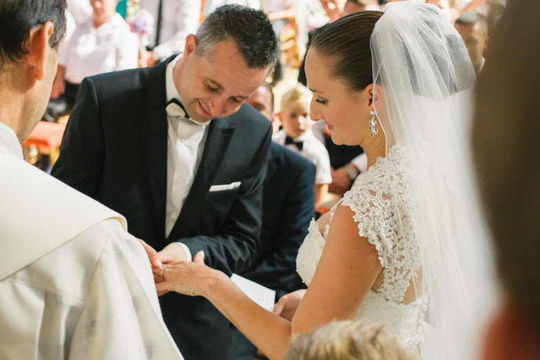 Zaobljuba ljubezni z izmenjavo poročnih prstanov.