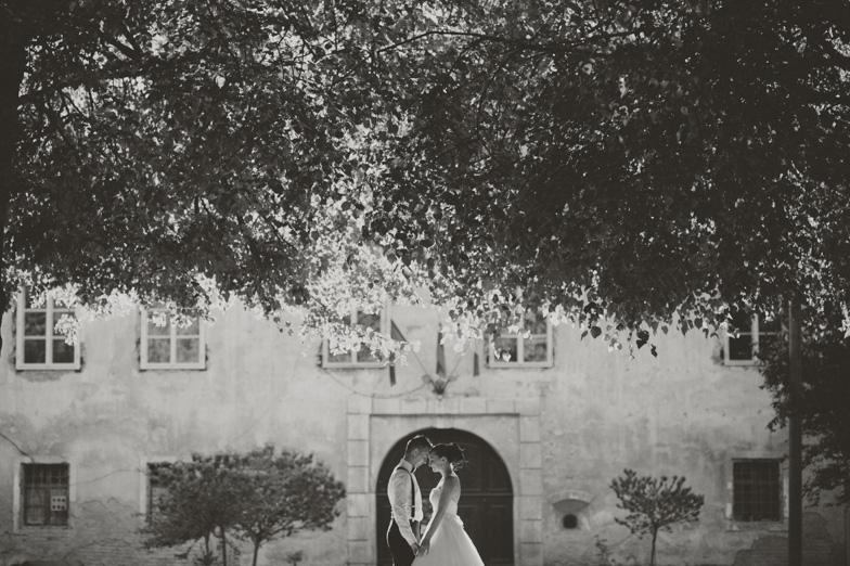 Fotografija s poročnega fotografiranja na gradu Beltinci v Prekmurju.