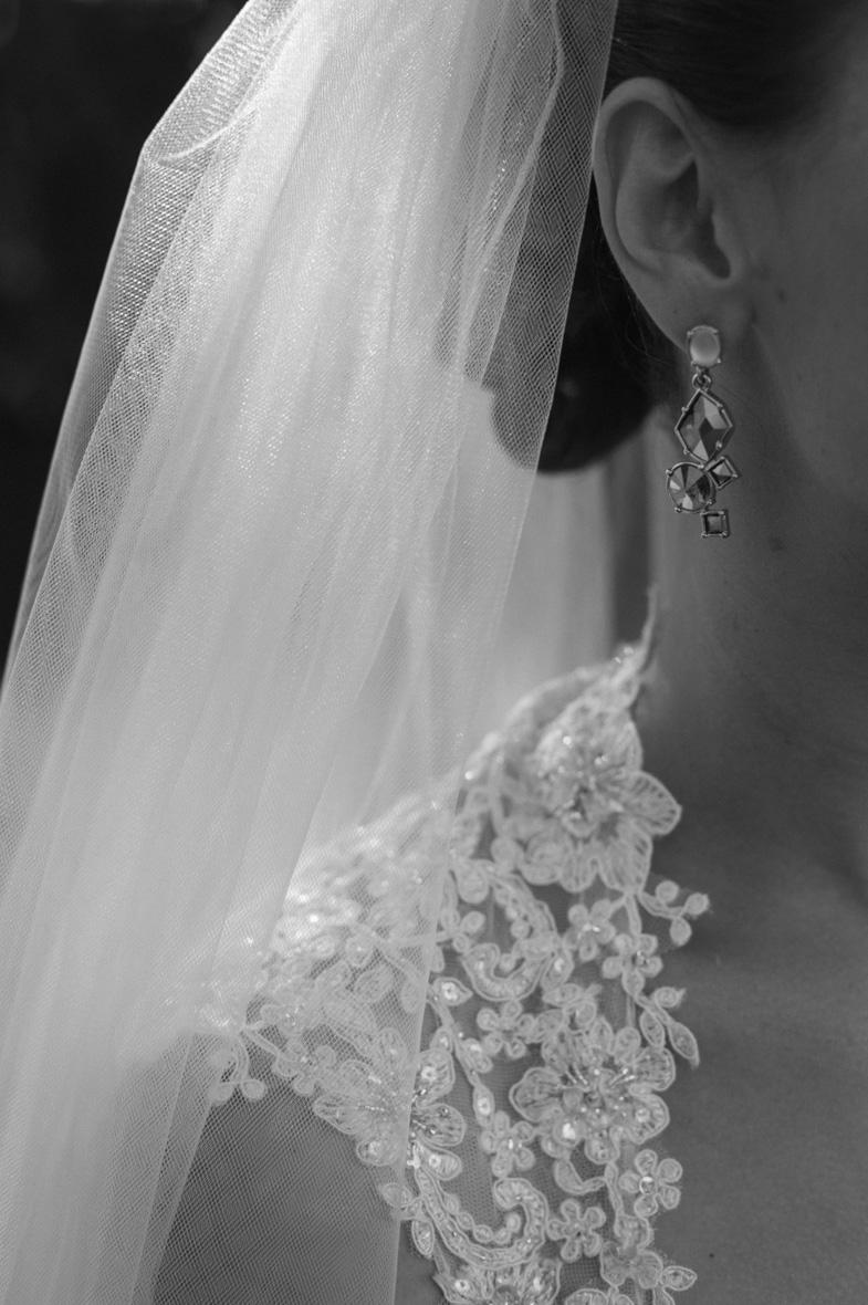 Črno bela fotografija poročnega nakita.