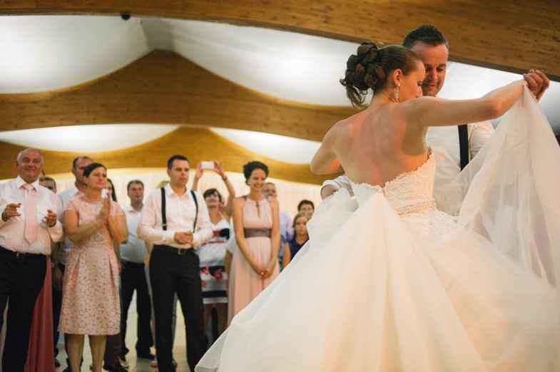 Mladoporočenca med poročnim plesom.