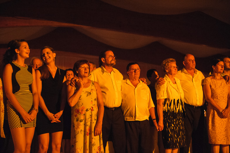 Fotografija gostov med igrami na poročni zabavi.