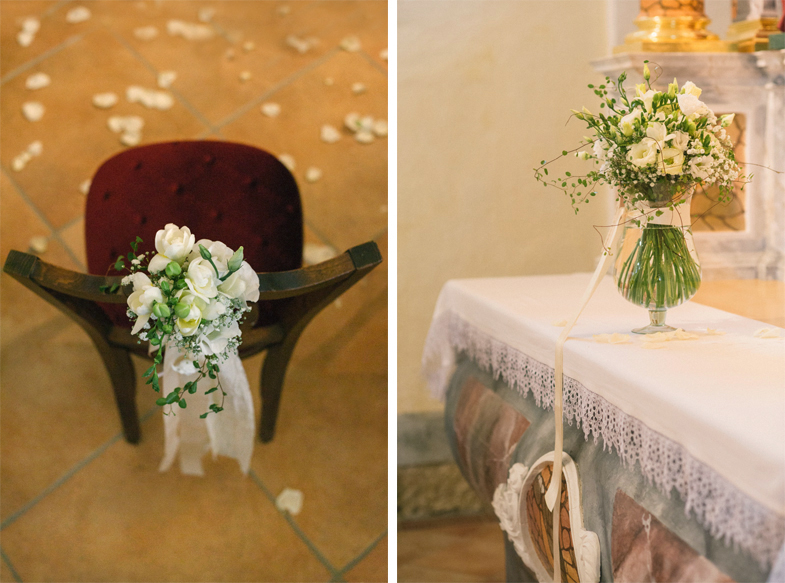 Fotografija poročne okrasitve cerkve s cvetjem.