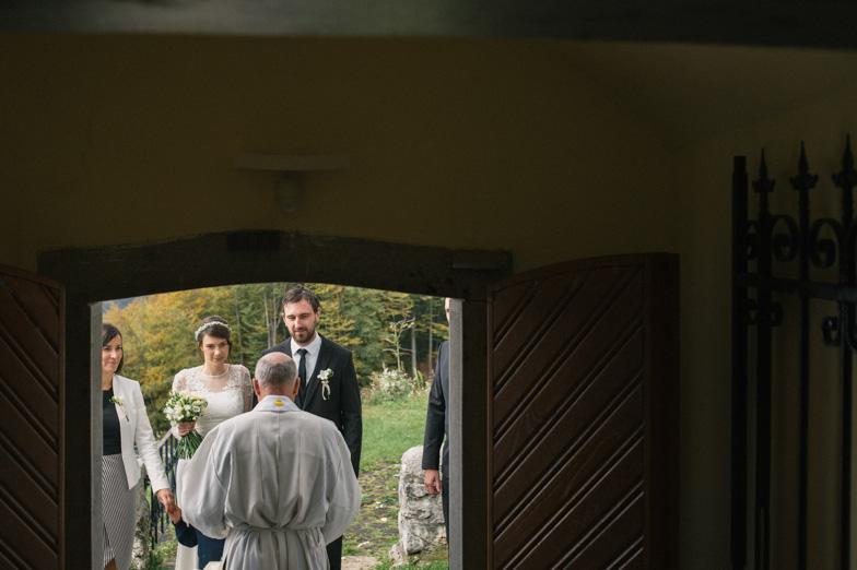 Fotografija s poroke v cerkvi sv. Vid nad vasjo Zg. Tuhinj.