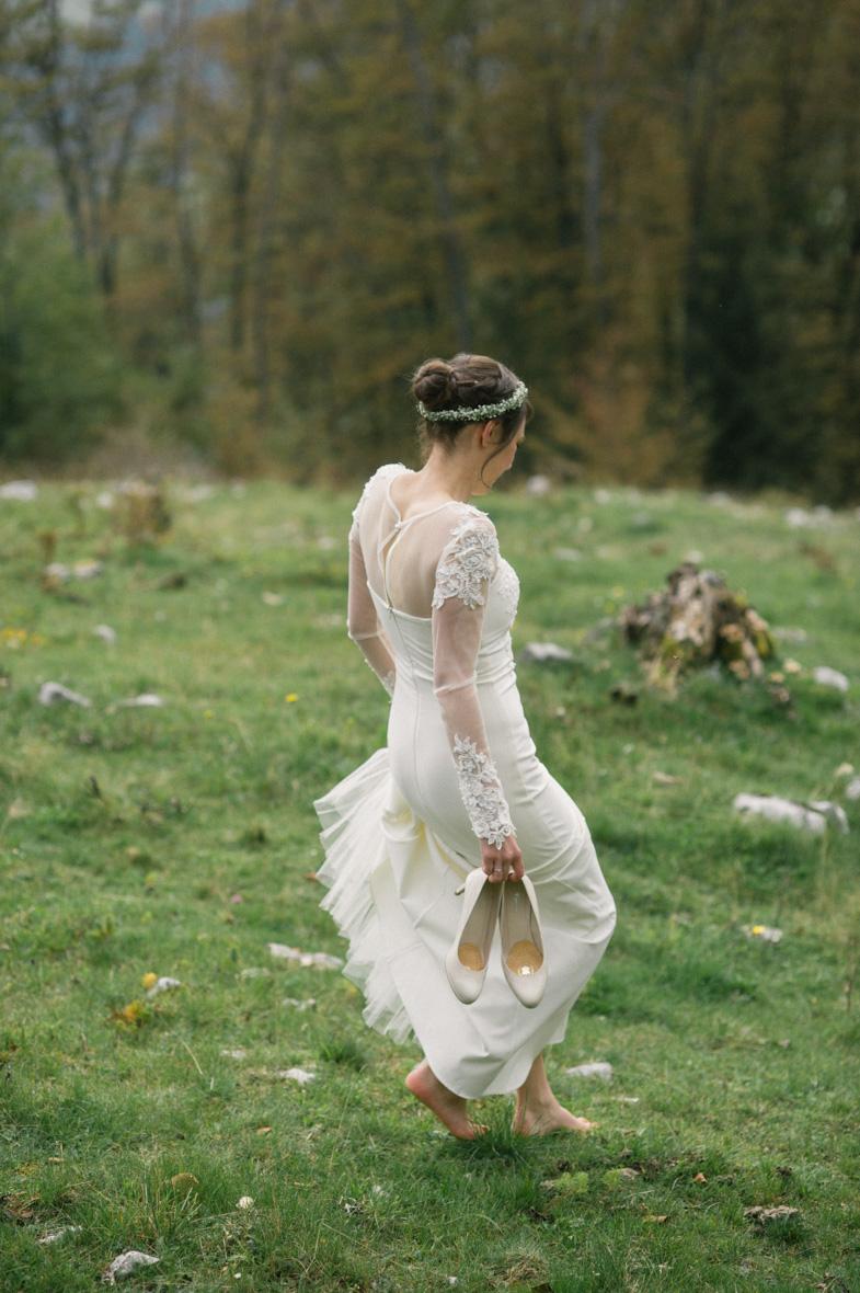 Un romantico ritratto di una sposa in un abito da sposa con le scarpe.