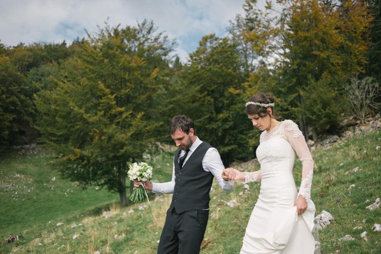 Fotografija para, ki je najel fotografa za fotografiranje poroke.