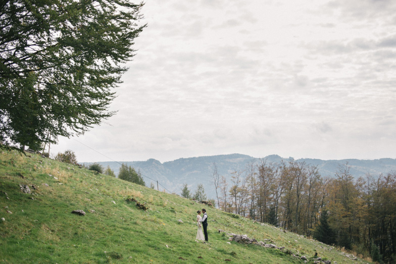 Ženin in nevesta, ki sta najela fotografa za poroko.