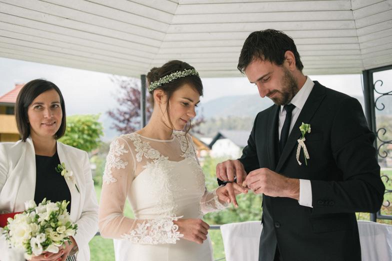 Trenutek izmenjave poročnih prstanov.