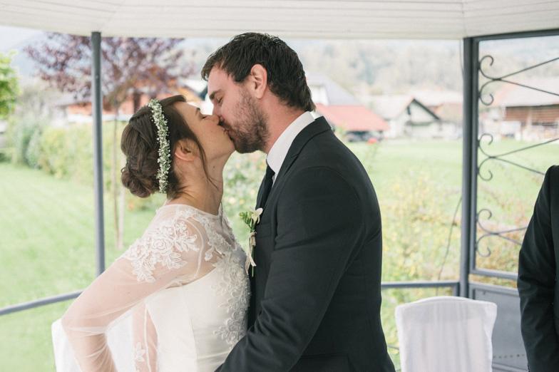 Fotografija trenutka, ko ženin poljubi nevesto.