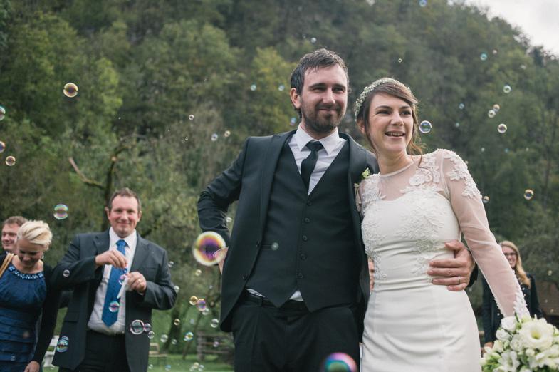Fotografija para, ki se je pravkar poročil.